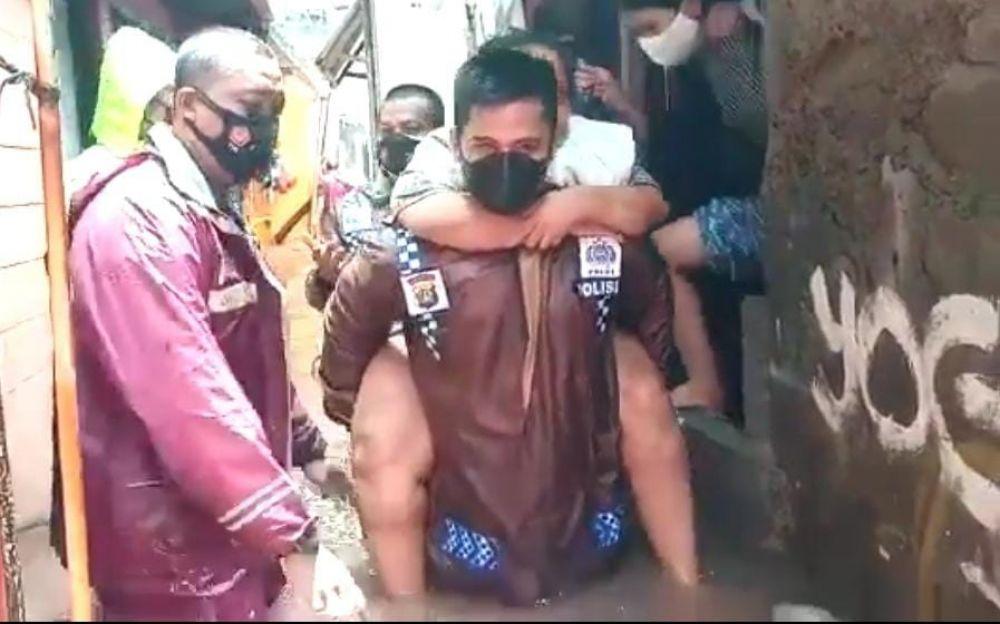 Seperti Ini Aksi Heroik Ini Kapolsek Dalam Mengevakuasi Korban Banjir