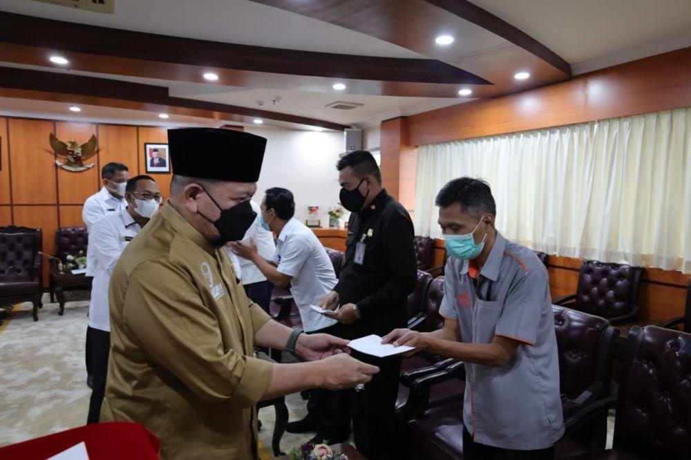 Ketua DPD RI Serahkan THR Kepada Pegawai di Lingkungan Sekjend DPD RI