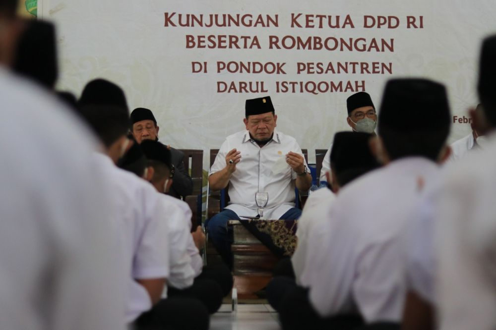 Ketua DPD RI: Warga di Zona Merah Covid-19 Sholat Idul Fitri di Rumah