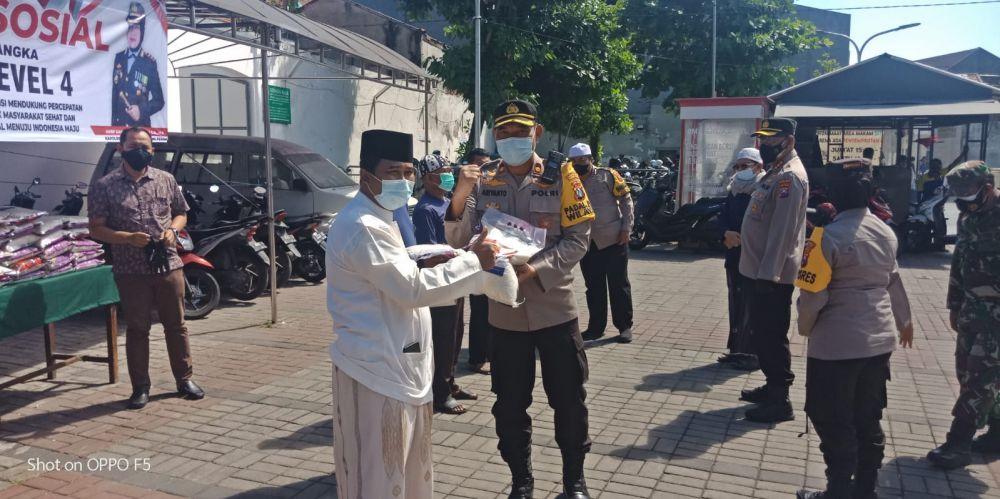 Kapolres Tanjung Perak Bersama Humas Polda Jatim Giat Baksos Di Ampel