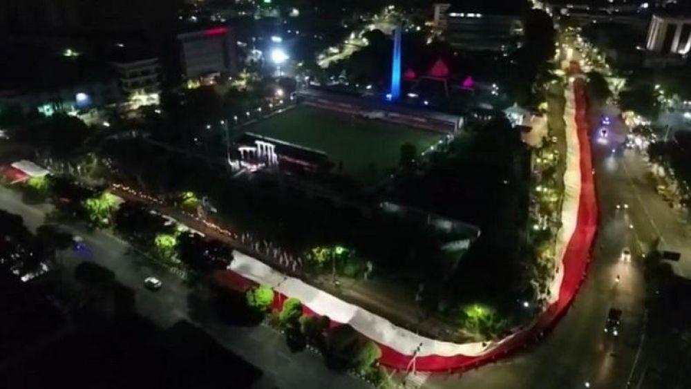 Peringati Hari Pahlawan Warga Surabaya Arak Bendera Sepanjang 500 M