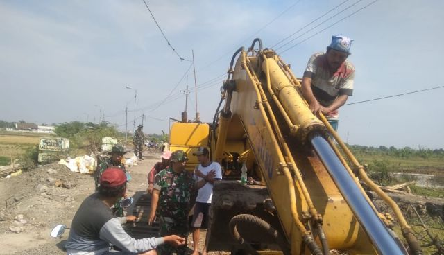 Personil Satgas TMMD ke 106 melaksanakan Komsos Dengan Masyarakat