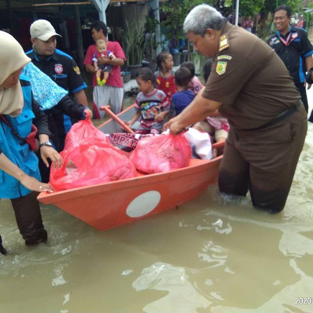 BAKORNAS IPWL GMDM Gresik Menyalurkan Bantuan ke Koban Banjir