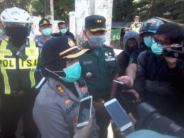 Polres Tanjung Perak Bersama Tiga Pilar Semprotkan Disinfektan