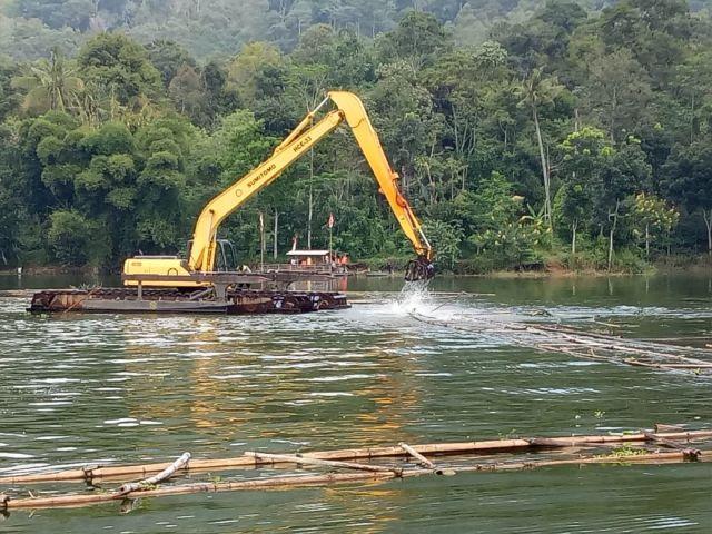Perum Jasa Tirta Bongkar  Kramba Jaring Apung Di Waduk Selorejo