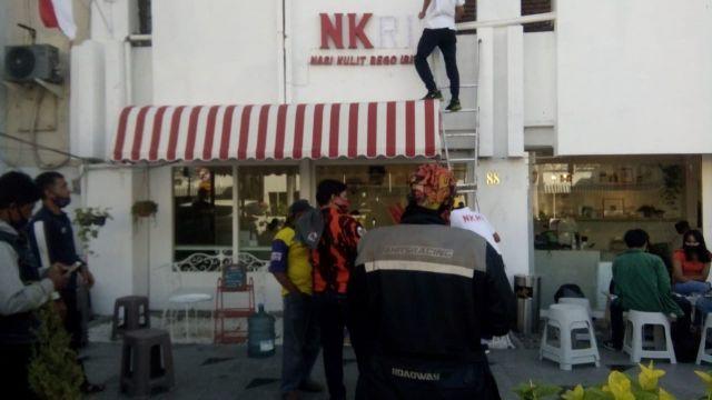 Pemuda Pancasila Kota Surabaya Tutup Logo Resto Yang Lecehkan NKRI