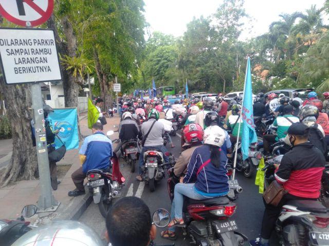 Massa Aksi Menuju Pemprov Jatim, Tolak Omnibus Law Cipta Kerja