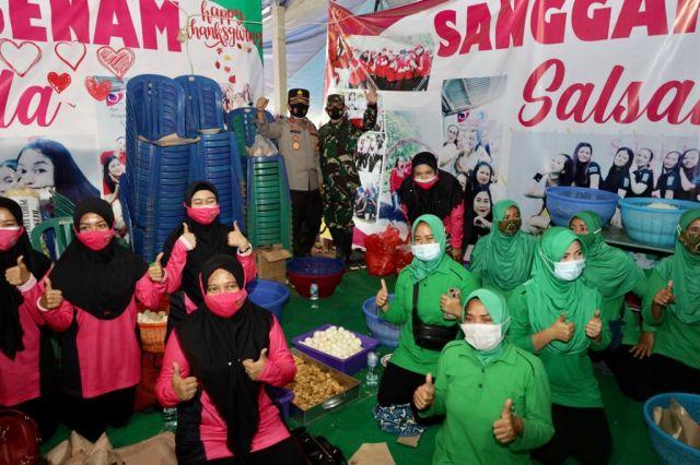 Persit Kartika Chandra dan Relawan Bersinergi Bantu Korban Longsor