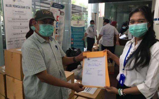La Nyalla Academia Serahkan Bantuan APD Ke RS. Unair Surabaya