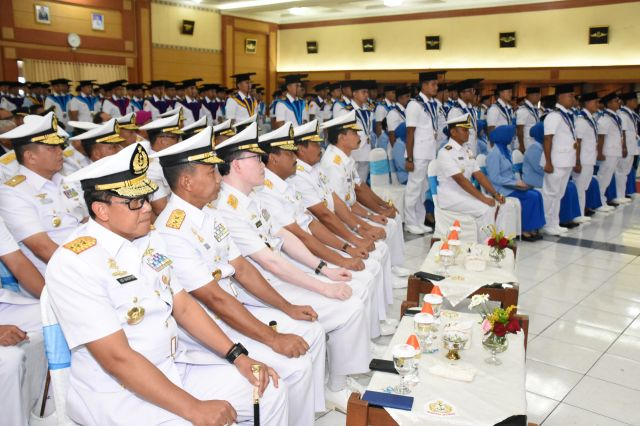 Gubernur Akademi Angkatan Laut Hadiri Wisuda Sarjana dan Diploma STTAL
