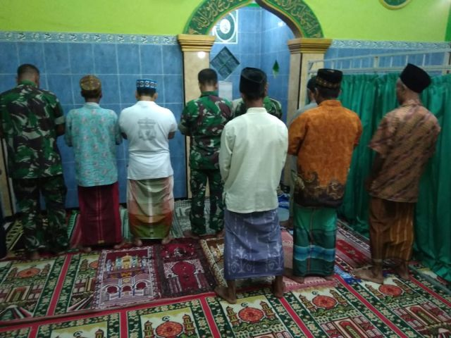 Satgas TMMD Kodim Sidoarjo Melaksanakan Sholat Subuh Berjamaah
