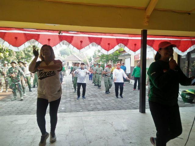 Satgas TMMD ke 106 Adakan Senam Sambil Bergoyang Bersama