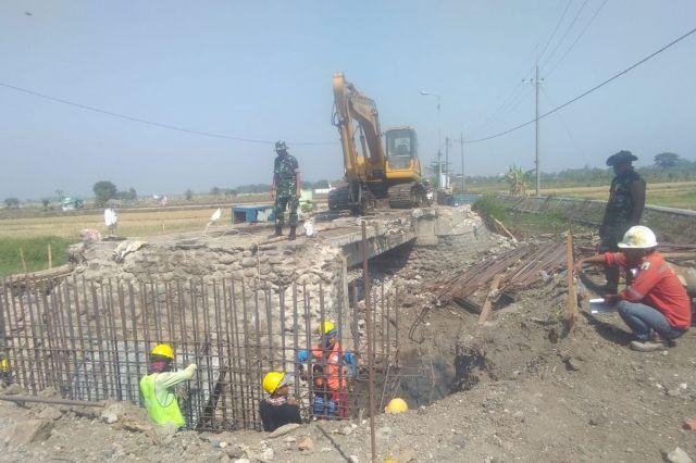 Peningkatan Jalan Beton Di Desa Kupang Dalam Rangka TMMD ke 106