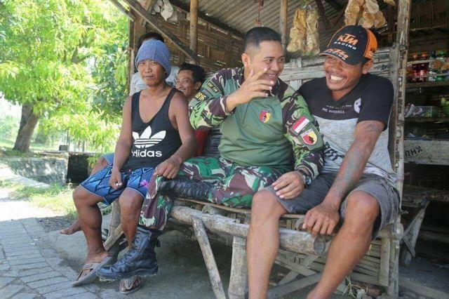 Serma Sutrisno Ngopi Bersama Warga Desa Kupang Sidoarjo